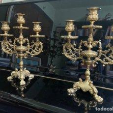 Antigüedades: PAREJA DE MAJESTUOSOS CANDELABROS DE BRONCE MACIZO. Lote 194722141