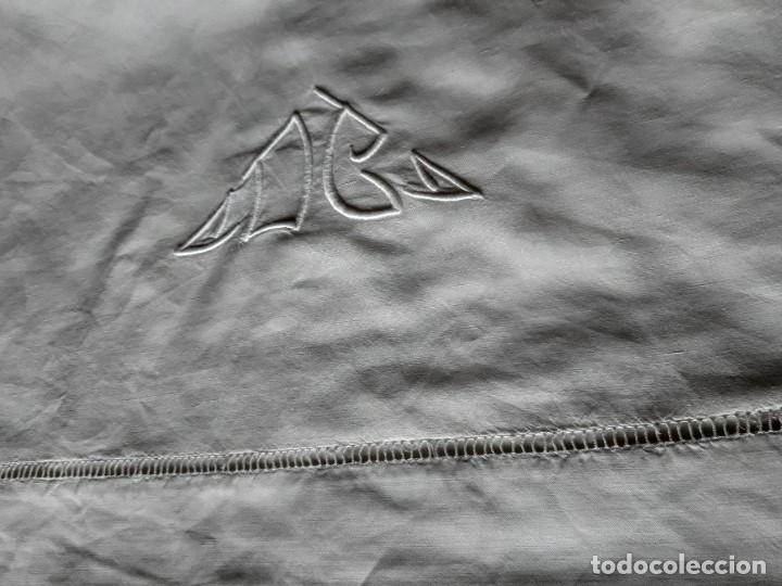 Antigüedades: ANTIGUA SABANA CON INICIALES BORDADAS Y VAINICA EN FORMA DE CALADO.PARA CAMA DE 150 O MAS. - Foto 3 - 194725365