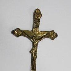 Antigüedades: 5,, ANTIGUO RARO CRUCIFIJO DE METAL LATON, CRISTO EN LA CRUZ, CON BASE PISAPAPELES. Lote 194728458