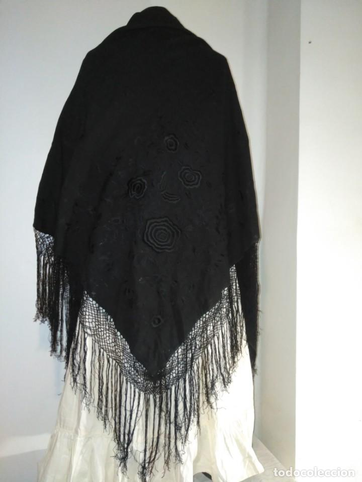 ANTIGUO MANTÓN DE LANA MERINA NEGRO BORDADO(DEFECTUOSO) (Antigüedades - Moda - Mantones Antiguos)