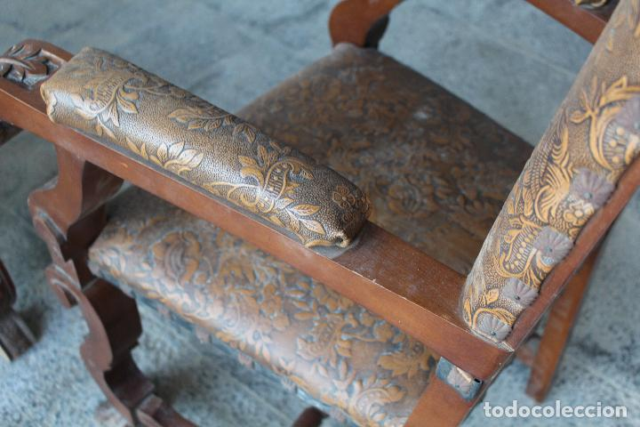 Antigüedades: 2 sillones de madera antiguos con piel repujada - Foto 2 - 194749698