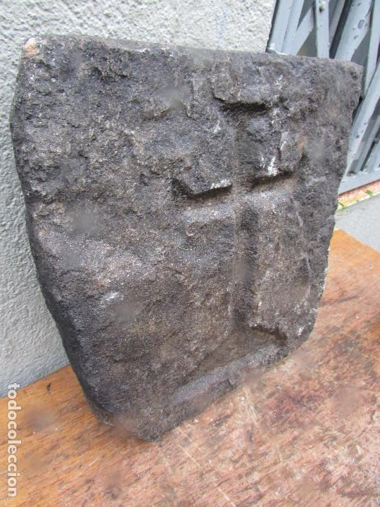 Antigüedades: Loseta piedra pared iglesia con Cruz Templaria esculpida. Siglo XIX - Foto 3 - 194750103