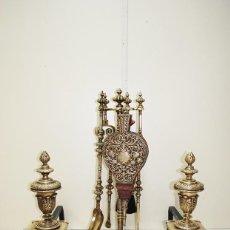 Antigüedades: JUEGO DE CHIMENEA Y MORILLOS ISABELINOS EN BRONCE DORADO. Lote 194753142