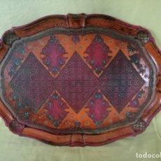 Antigüedades: BONITA BANDEJA TALLADA EN MADERA, PINTADA A MANO, MUY ORNAMENTADA, SELLO EN BASE. Lote 194754152