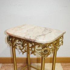 Antigüedades: PRECIOSA MESITA DE BRONCE DORADO Y MÁRMOL ROSA. Lote 194754760