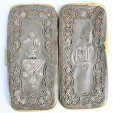 Antigüedades: PRECIOSA CAJA DE TABACO, BORDADA A MANO, CUERO, METAL. S XIX. Lote 194755011