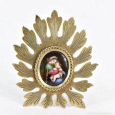 Antigüedades: PRECIOSA VIRGEN CON NIÑO PINTADA A MANO, MINIATURA SOBRE PORCELANA. MARCO DE BRONCE FINES S XIX. Lote 194756133