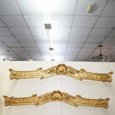Antigüedades: PAREJA DE GALERÍAS ANTIGUAS PARA CORTINAS LUIS XV MADERA TALLADA Y PAN DE ORO. Lote 194759313