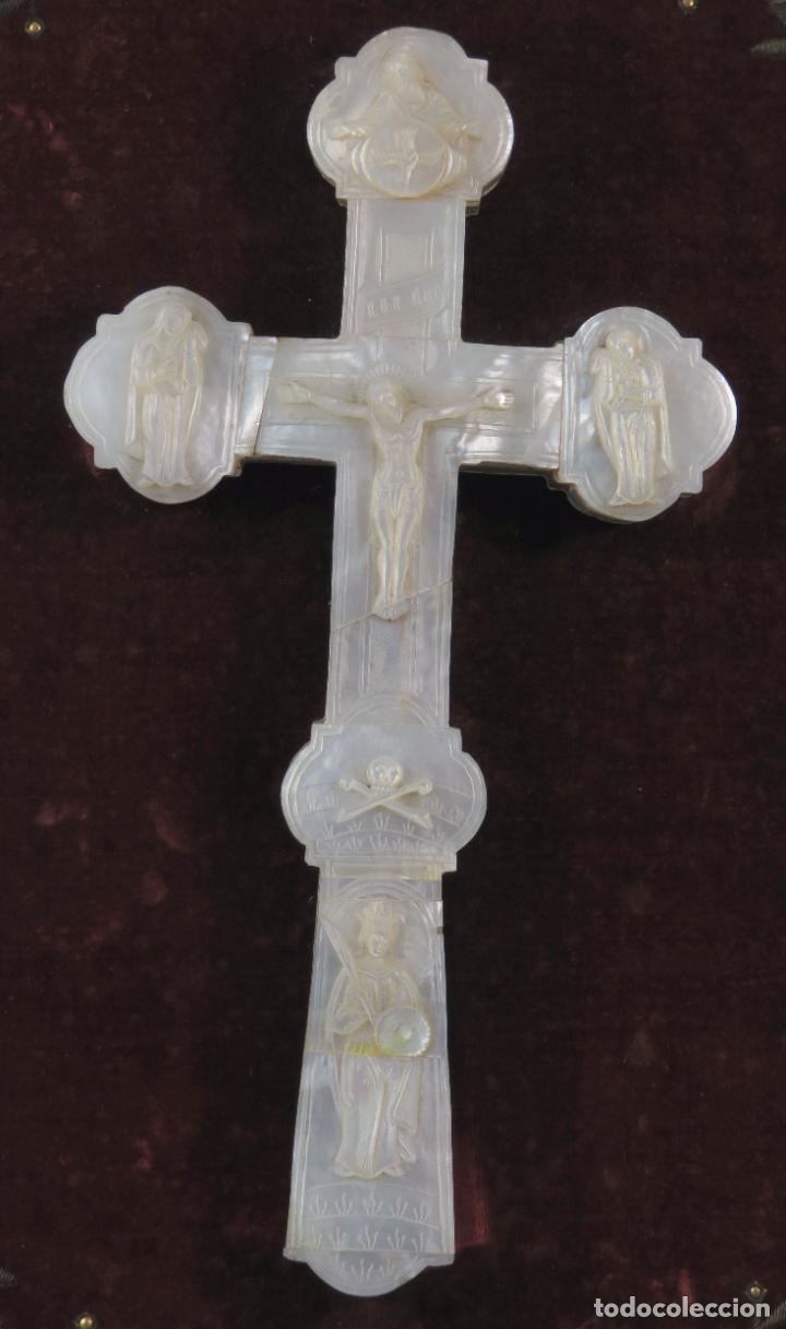 Antigüedades: Cruz calvario en nácar madreperla tallado trabajo Filipino enmarcada en terciopelo bordado siglo XIX - Foto 2 - 194759348