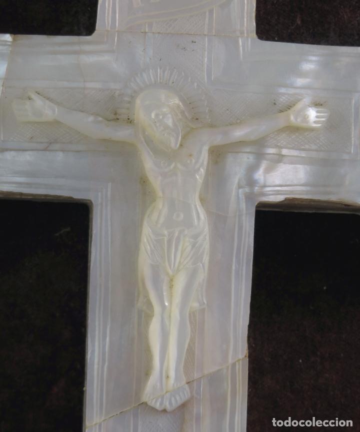 Antigüedades: Cruz calvario en nácar madreperla tallado trabajo Filipino enmarcada en terciopelo bordado siglo XIX - Foto 7 - 194759348