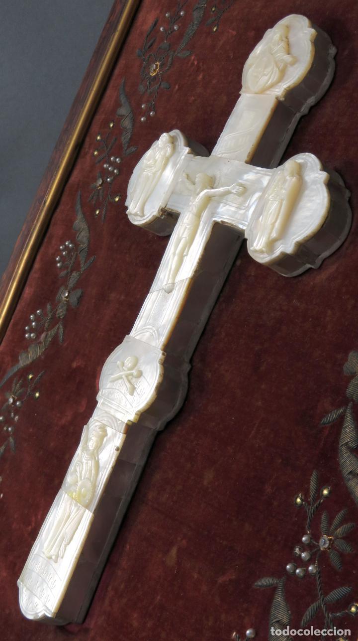 Antigüedades: Cruz calvario en nácar madreperla tallado trabajo Filipino enmarcada en terciopelo bordado siglo XIX - Foto 10 - 194759348