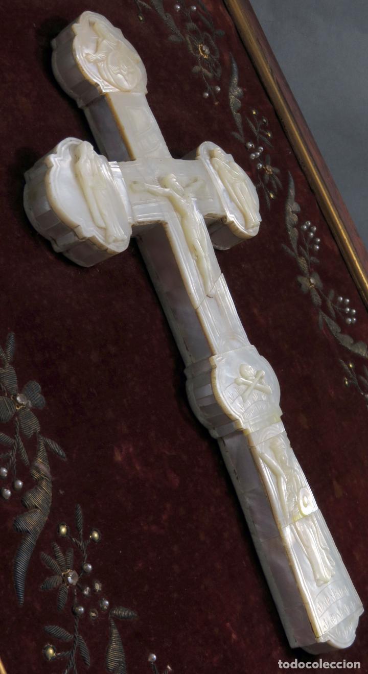 Antigüedades: Cruz calvario en nácar madreperla tallado trabajo Filipino enmarcada en terciopelo bordado siglo XIX - Foto 11 - 194759348