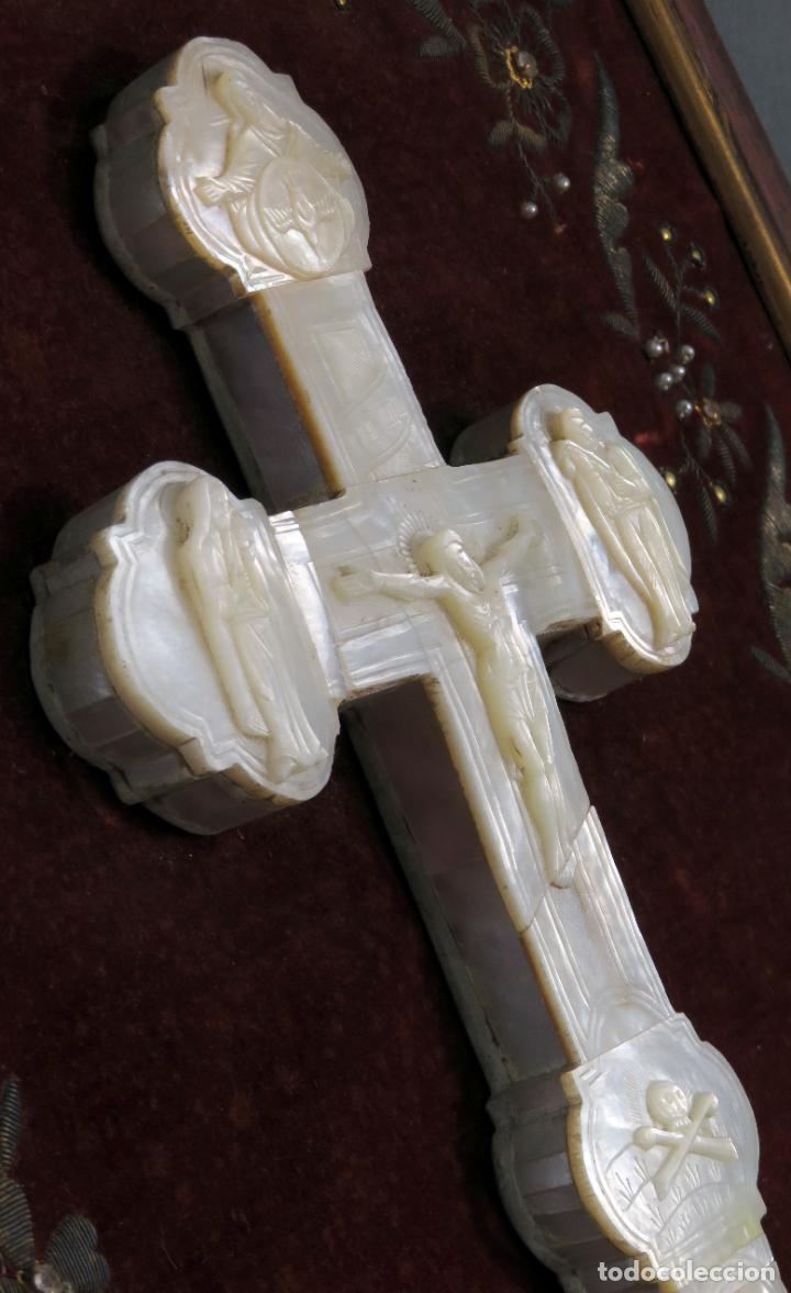 Antigüedades: Cruz calvario en nácar madreperla tallado trabajo Filipino enmarcada en terciopelo bordado siglo XIX - Foto 12 - 194759348