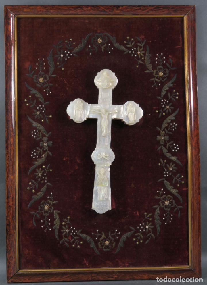 CRUZ CALVARIO EN NÁCAR MADREPERLA TALLADO TRABAJO FILIPINO ENMARCADA EN TERCIOPELO BORDADO SIGLO XIX (Antigüedades - Religiosas - Cruces Antiguas)