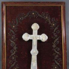 Antigüedades: CRUZ CALVARIO EN NÁCAR MADREPERLA TALLADO TRABAJO FILIPINO ENMARCADA EN TERCIOPELO BORDADO SIGLO XIX. Lote 194759348