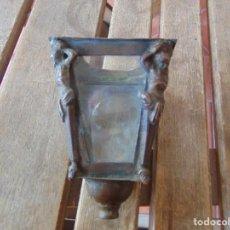 Antigüedades: PEQUEÑO Y ANTIGUO FAROL EN BRONCE PARA NAZARENO O SIMILAR SEMANA SANTA CON ADORNOS EN ESQUINAS . Lote 194764243
