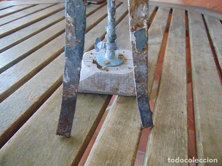 Antigüedades: ANTIGUO Y RARO GRIFO O DUCHA CON MADERA PARA ENCASTRAR EN PARED Y GARRAS QUITA-CIMBRE METAL MADERA - Foto 4 - 194765728