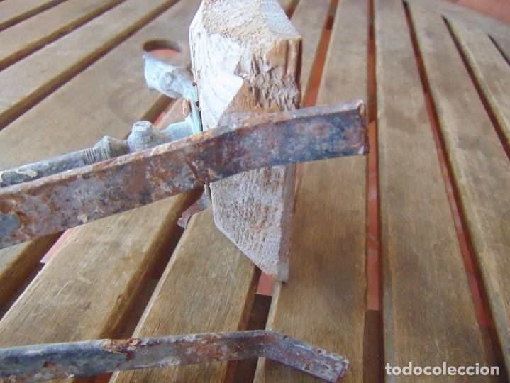 Antigüedades: ANTIGUO Y RARO GRIFO O DUCHA CON MADERA PARA ENCASTRAR EN PARED Y GARRAS QUITA-CIMBRE METAL MADERA - Foto 9 - 194765728