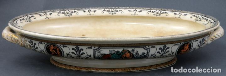 FUENTE EN LOZA INGLESA DECORADA CON ESCENAS CLASICISTAS SIGLO XX (Antigüedades - Porcelanas y Cerámicas - Inglesa, Bristol y Otros)