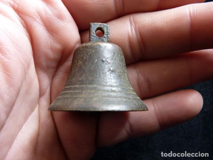 Antigüedades: ANTIGUA PEQUEÑA CAMPANA DE BRONCE. VALENCIA, SIGLOS XVIII- XIX. 4x4 cm. (4) CAMPANILLA - Foto 2 - 194776875