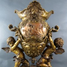 Antigüedades: CENTRO DE MESA EN BRONCE DORADO CON PÁTINA DE COBRE AMORCILLOS DE BULTO REDONDO FRANCIA HACIA 1900. Lote 194777921