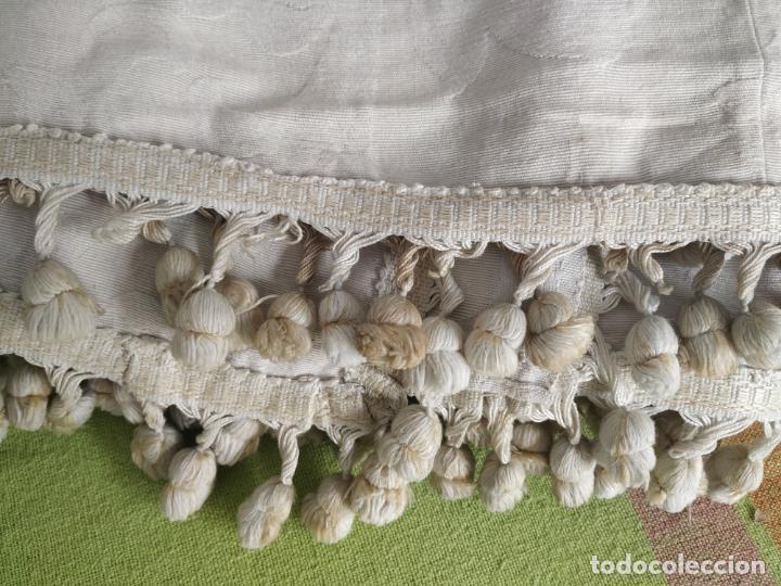 Antigüedades: Antigua colcha adamasquinada con borlas. 234x 221 - Foto 3 - 194779667