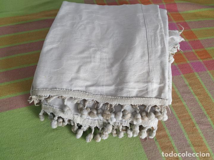 Antigüedades: Antigua colcha adamasquinada con borlas. 234x 221 - Foto 4 - 194779667