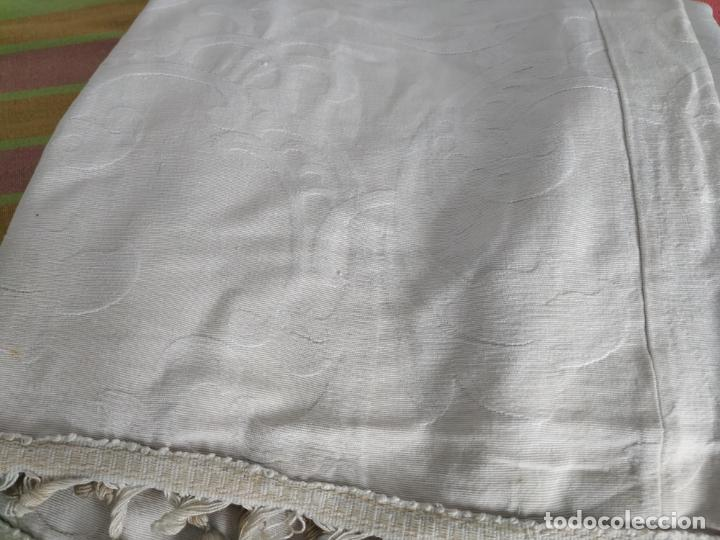 Antigüedades: Antigua colcha adamasquinada con borlas. 234x 221 - Foto 6 - 194779667