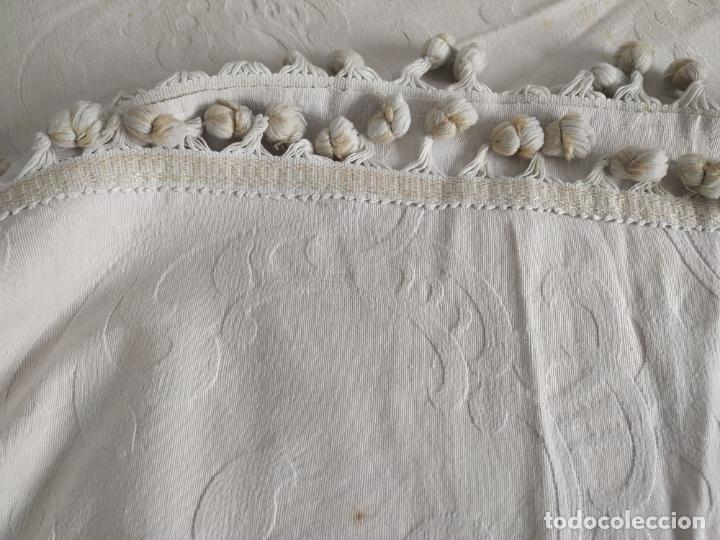 Antigüedades: Antigua colcha adamasquinada con borlas. 234x 221 - Foto 7 - 194779667