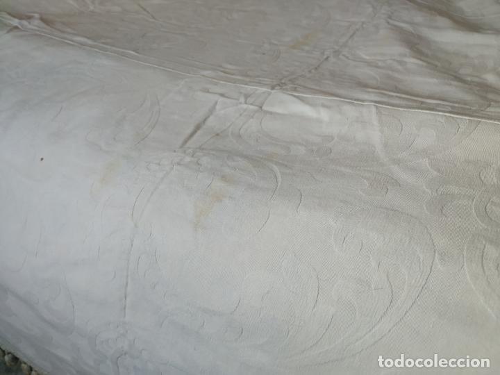 Antigüedades: Antigua colcha adamasquinada con borlas. 234x 221 - Foto 13 - 194779667