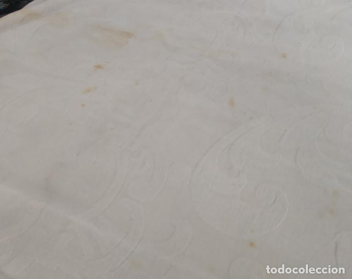 Antigüedades: Antigua colcha adamasquinada con borlas. 234x 221 - Foto 14 - 194779667