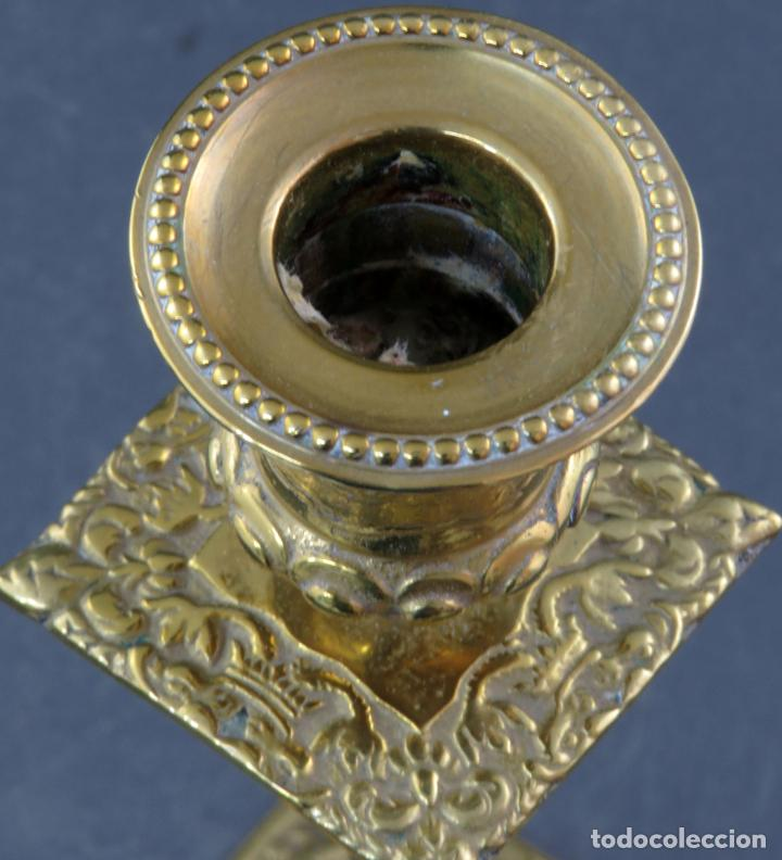 Antigüedades: Pareja de candeleros Fernandinos en bronce dorado pulido hacia 1830 - Foto 9 - 194785978