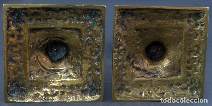 Antigüedades: Pareja de candeleros Fernandinos en bronce dorado pulido hacia 1830 - Foto 10 - 194785978