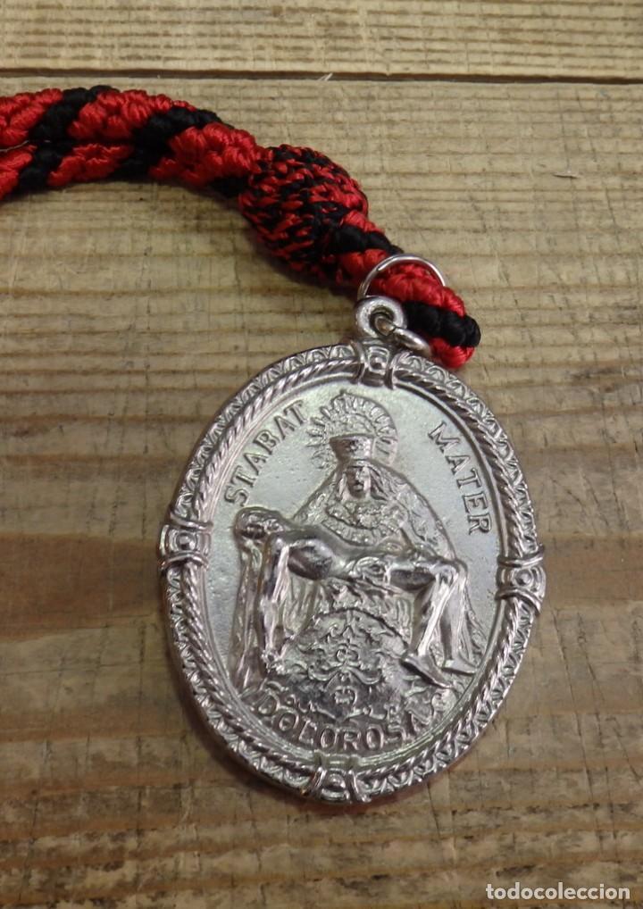 SEMANA SANTA DE SEVILLA , MEDALLA CON CORDON DE LA HERMANDAD DE LOS SERVITAS (Antigüedades - Religiosas - Medallas Antiguas)