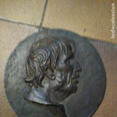 Antigüedades: PLACA REDONDA DE BRONCE O SIMILAR CON EL PERFIL EN RELIEVE DEL FILÓSOFO SÉNECA 23 CM DE DIÁMETRO . Lote 194871466