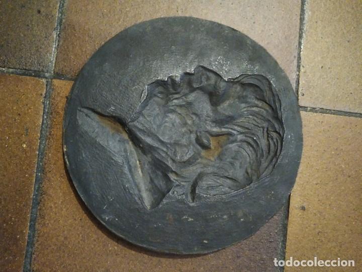 Antigüedades: Placa redonda de bronce o similar con el perfil en relieve del filósofo Séneca 23 cm de diámetro - Foto 2 - 194871466