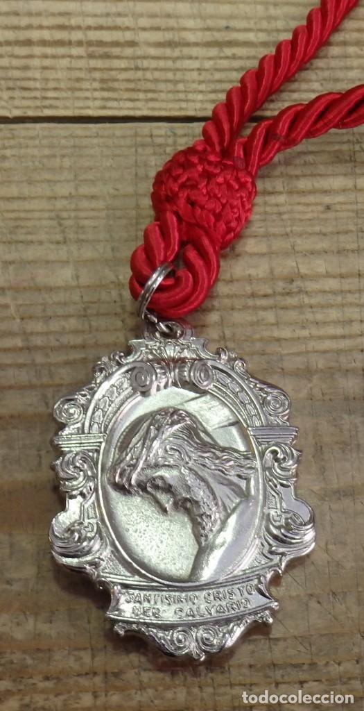 SEMANA SANTA SEVILLA - MEDALLA CON CORDON DE LA HERMANDAD DEL CALVARIO (Antigüedades - Religiosas - Medallas Antiguas)