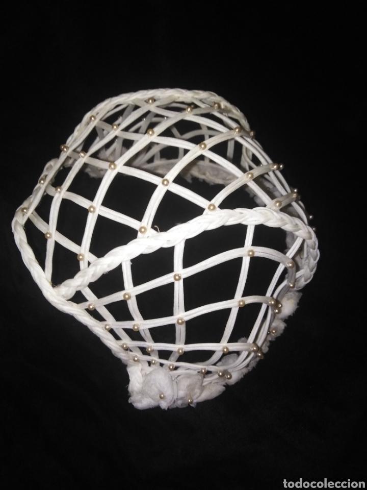 Antigüedades: Antiguo Gorro o Tocado de novia o Comunión calado con perlitas - Foto 7 - 194884556