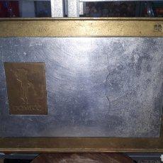 Antigüedades: DAVID MARSHALL GRAN BANDEJA BRONCE PUBLICIDAD BODEGAS DOMECQ. Lote 194885046