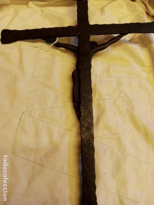 Antigüedades: Crucifijo con Cristo de metal pintado en negro años 70 - Foto 4 - 194885096