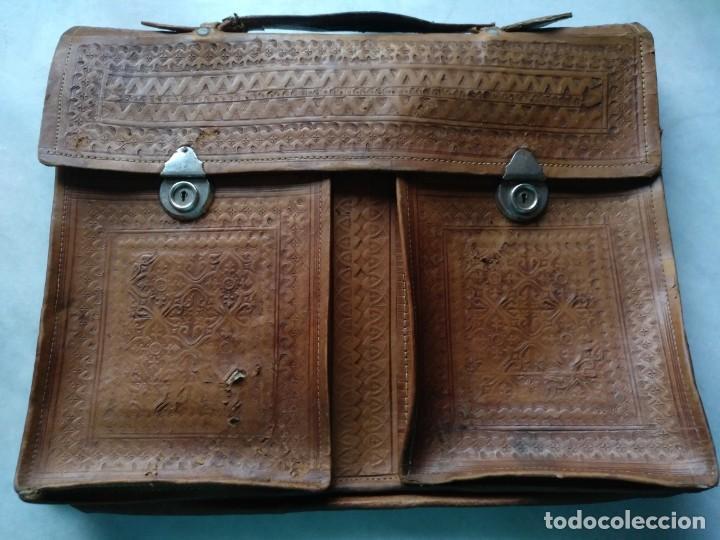 ANTIGUA CARTERA ESCOLAR DE CUERO GRABADO (Antigüedades - Moda y Complementos - Hombre)