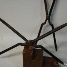 Antigüedades: LMV - CONJUNTO DE DOS ALISADORES DE PELO HIERRO ANTIGUOS. Lote 194897468