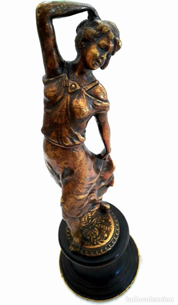 ART DECO FIGURA EN BRONCE DE EXQUISITOS DETALLES DE UNA BELLA JOVEN DE LA DECADA DEL 20. (Antigüedades - Hogar y Decoración - Figuras Antiguas)