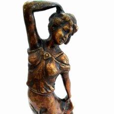Antigüedades: ART DECO FIGURA EN BRONCE DE EXQUISITOS DETALLES DE UNA BELLA JOVEN DE LA DECADA DEL 20.. Lote 194897983