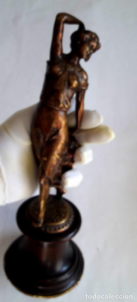 Antigüedades: Art deco Figura en bronce de exquisitos detalles de una bella joven de la decada del 20. - Foto 4 - 194897983