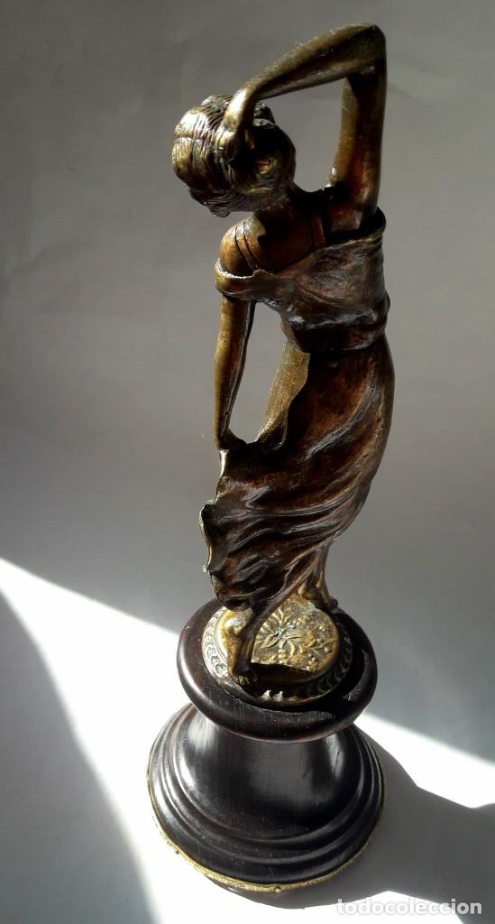 Antigüedades: Art deco Figura en bronce de exquisitos detalles de una bella joven de la decada del 20. - Foto 7 - 194897983