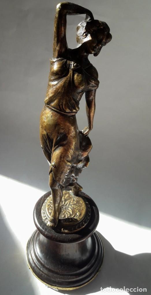 Antigüedades: Art deco Figura en bronce de exquisitos detalles de una bella joven de la decada del 20. - Foto 10 - 194897983