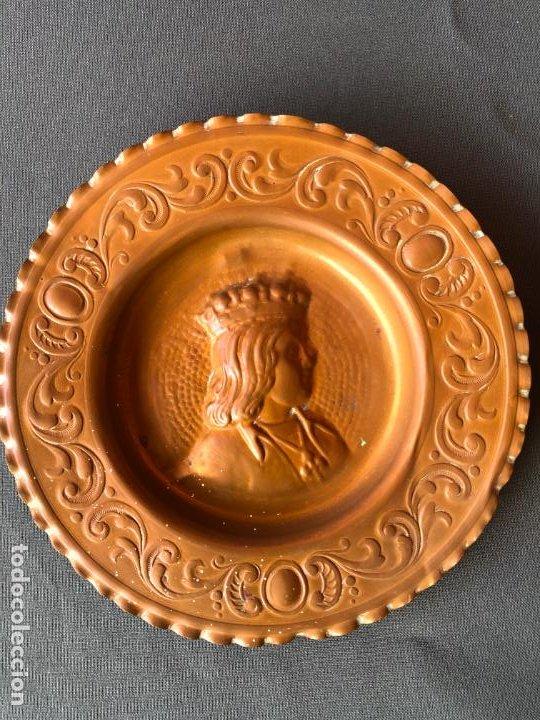 Antigüedades: ANTIGUA PAREJA PLATOS COBRE RELIEVE REYES CATOLICOS 15 CM DIAMETRO - Foto 2 - 194914988