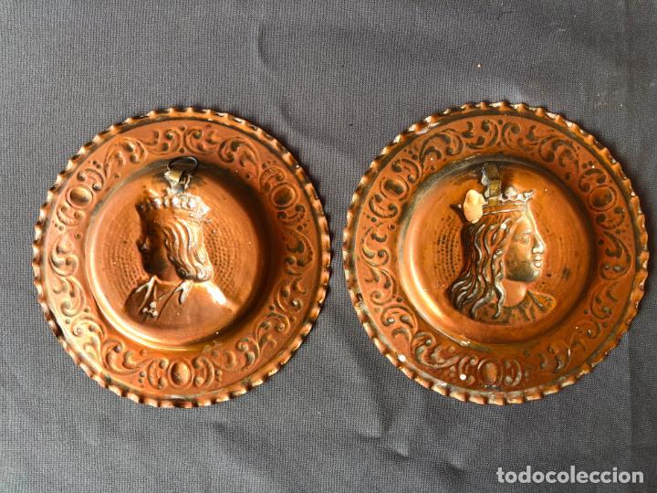 Antigüedades: ANTIGUA PAREJA PLATOS COBRE RELIEVE REYES CATOLICOS 15 CM DIAMETRO - Foto 4 - 194914988