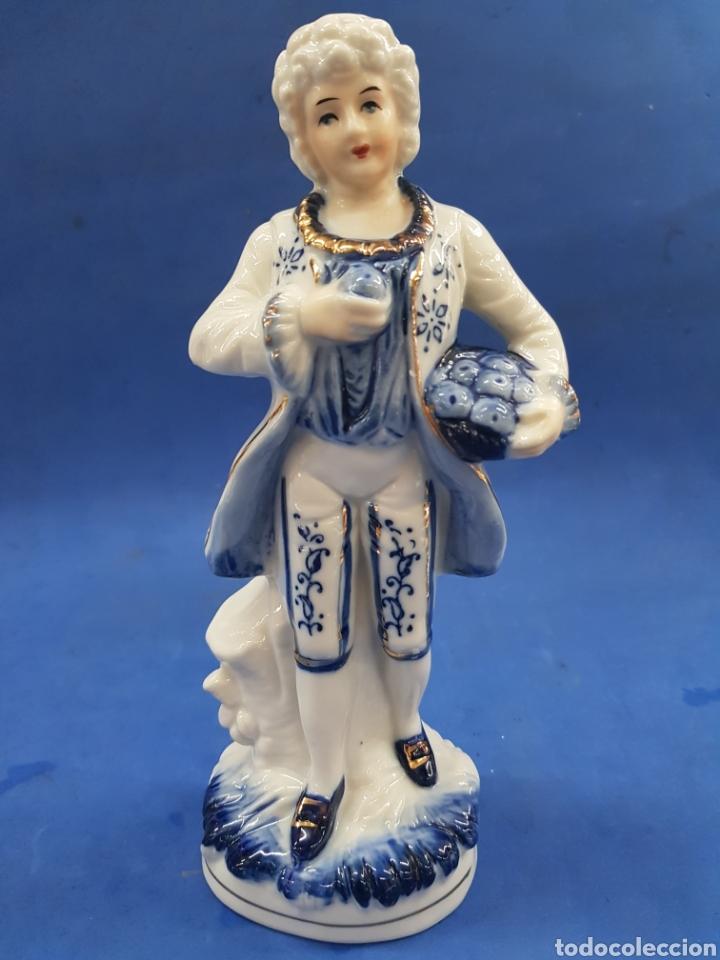 CABALLERO GALANTE CON CESTO DE MANZANAS , PORCELANA MADE UN JAPAN ,AÑOS 1970 (Antigüedades - Porcelana y Cerámica - Japón)